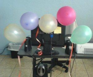 La PC de la Oficina, adornada por mi cumpleaños jeje